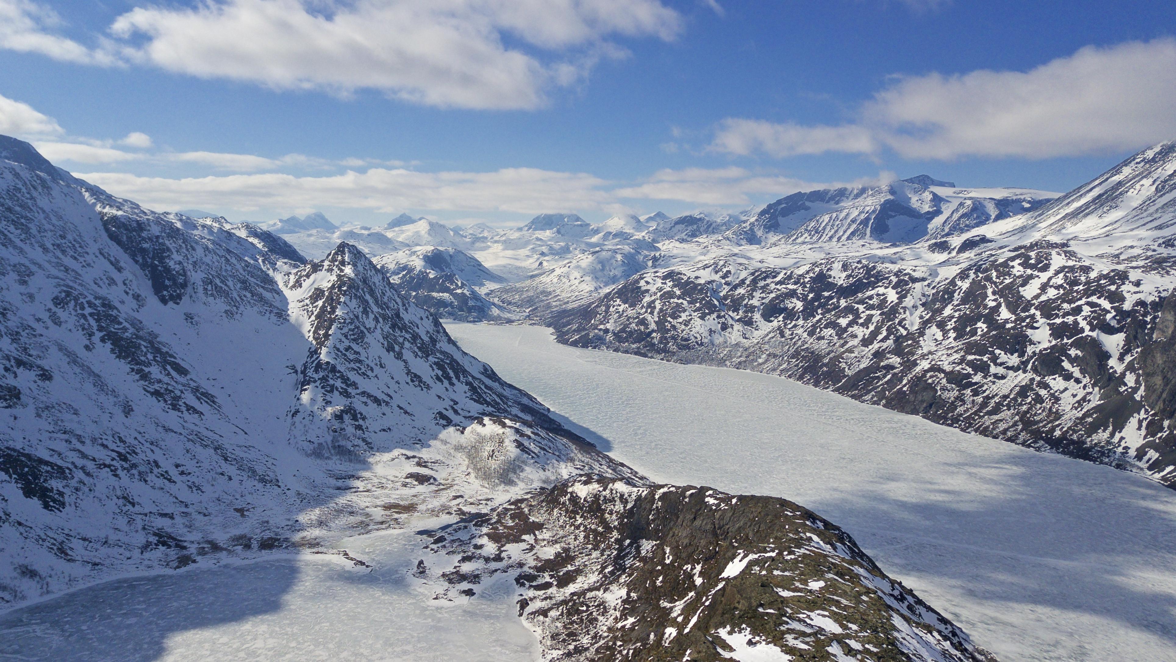 Fra ryggen til Knutshøe ser en blant annet inn mot Memurubu, Gjende, Surtningssue og Besshøe.