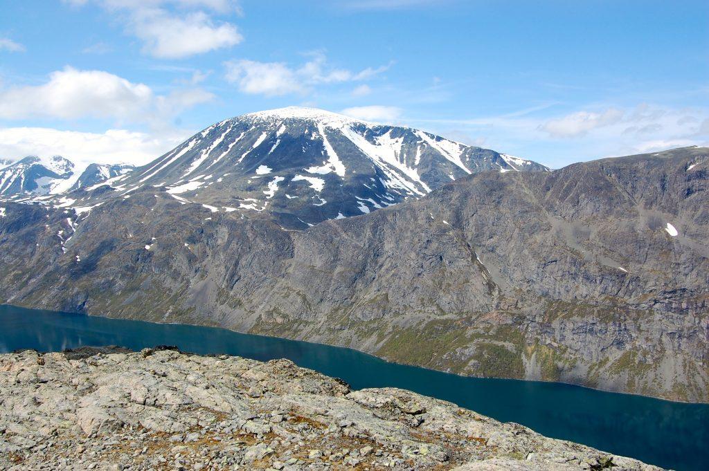 Besshøe og Besseggen sett fra Knutshøe.