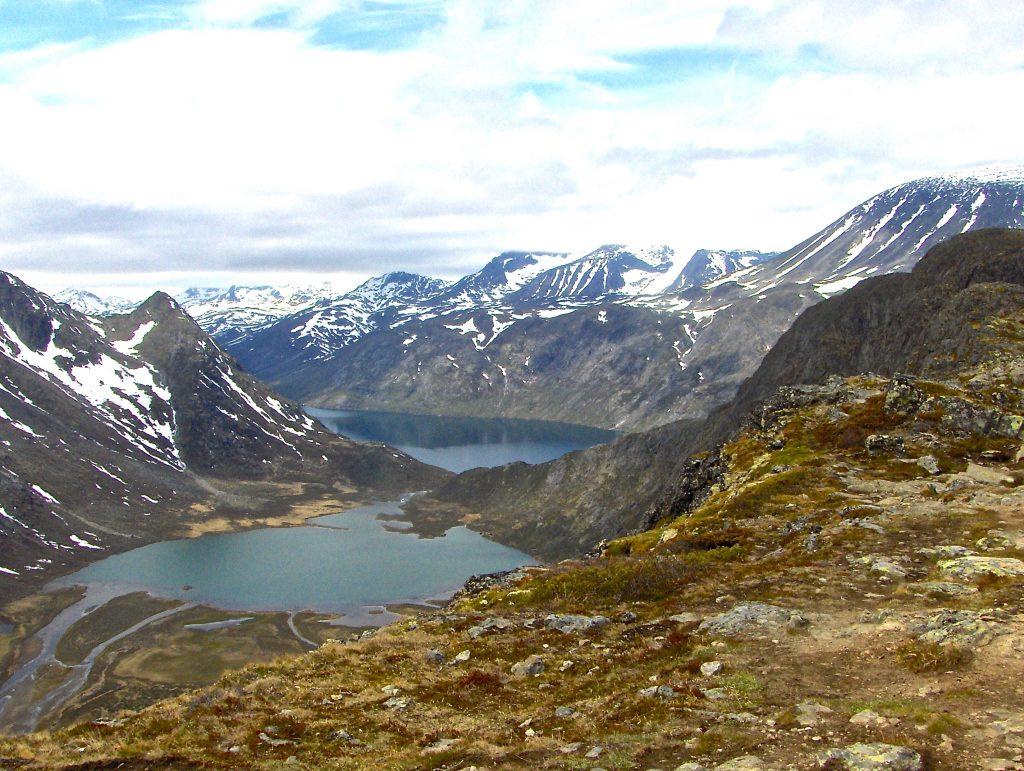Utsikt fra ryggen av Knutshøe ned mot Øvre Leirungen og Gjende.