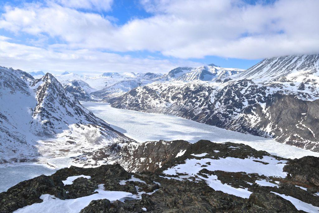 Fra Knutshøe er det fin utsikt inn mot indre deler av Jotunheimen.