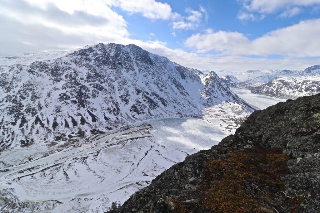 Leirungdalen, Leirungået og Øvre Leirungen med Bukkehåmåren (1.910 moh) bak, sett fra Knutshøe.