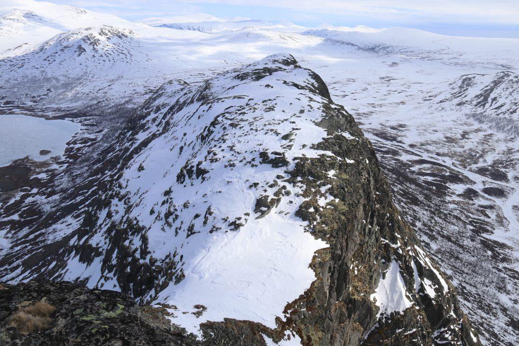 Utsikt fra toppen av Knutshøe og ned det bratte partiet mot toppen.