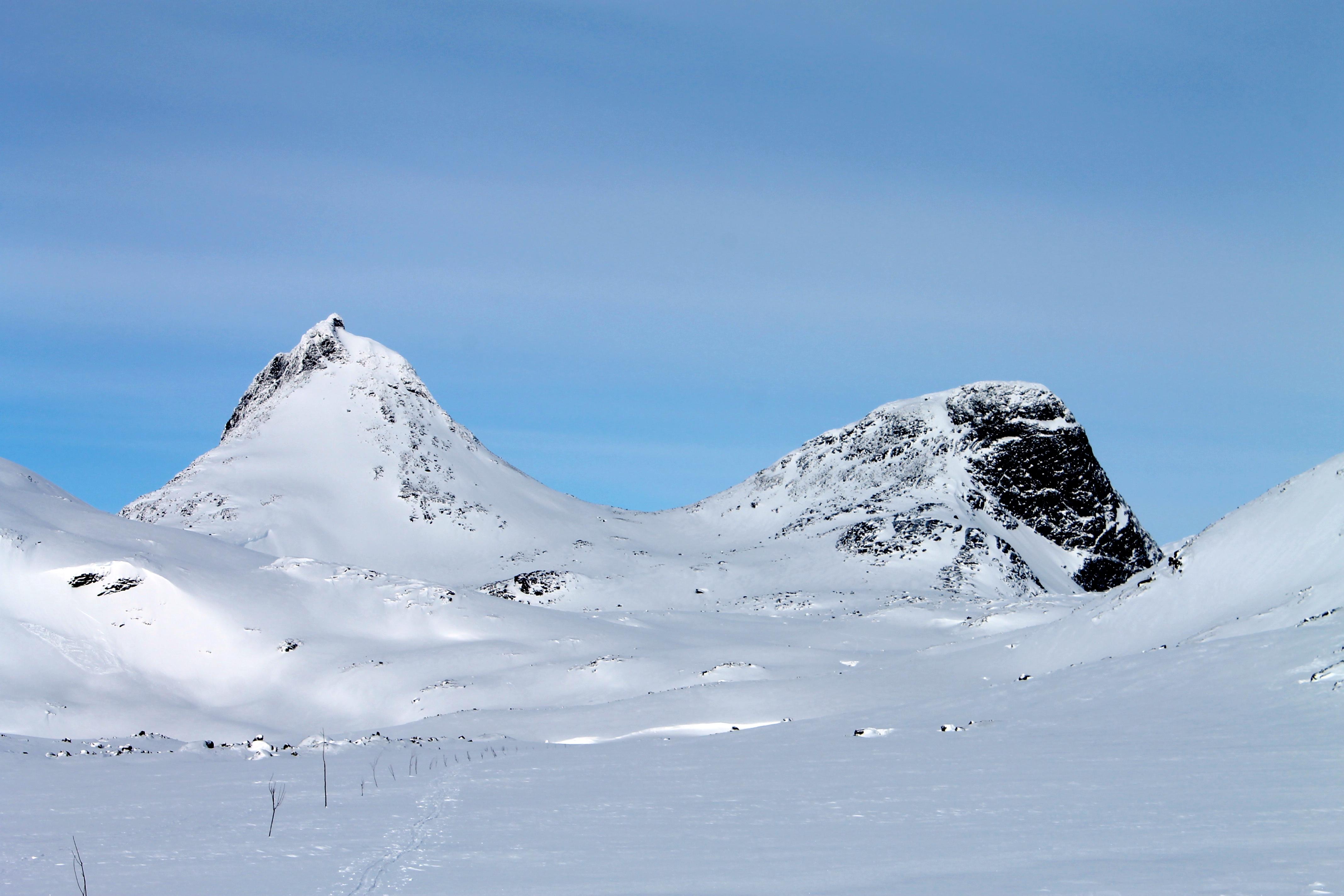 Mjølkedalstinden (2.138 moh) til venstre.