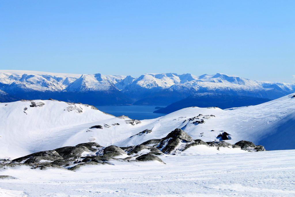 På vår tur opp til Tveitakvitingen er det flott utsikt mot Rosendalsalpene.