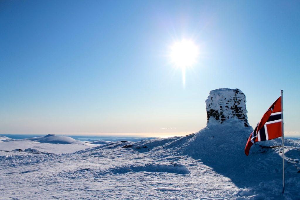 Toppvarden på Tveitakvitingen (1.299 moh) med havutsikt mot Nordsjøen i bakgrunnen.