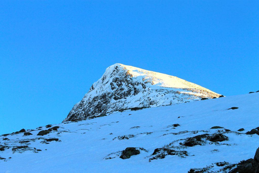 På vei opp Norges lengste sammenhengende motbakke fra fjord til toppen av Skåla.