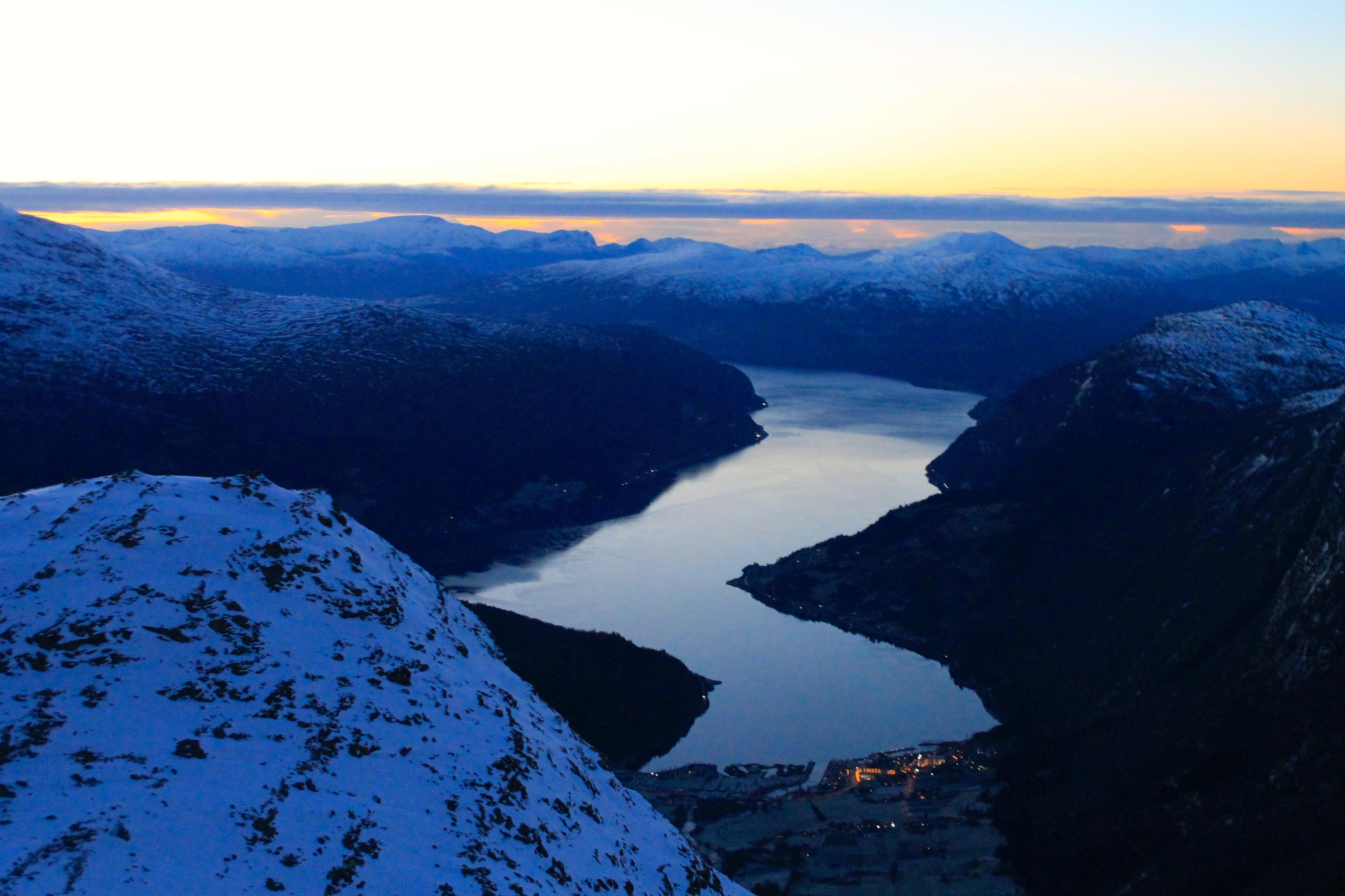 Utsikt ned mot Nordfjord og Loen.