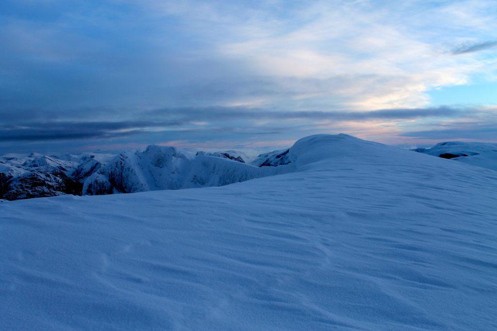 Toppen av Skåla og eggen ut mot Styneskåla  (1.848 moh).
