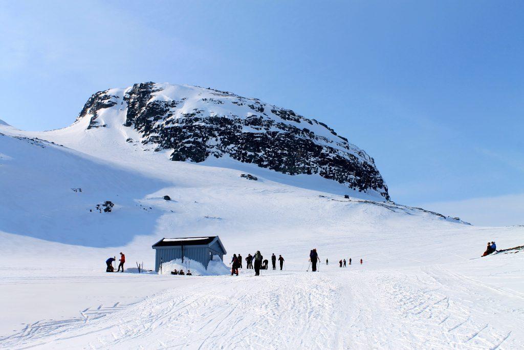 Appelsinhytta markerer oppstigningen mot Hardangerjøkulen langs Middalen og er et populært pausestopp.