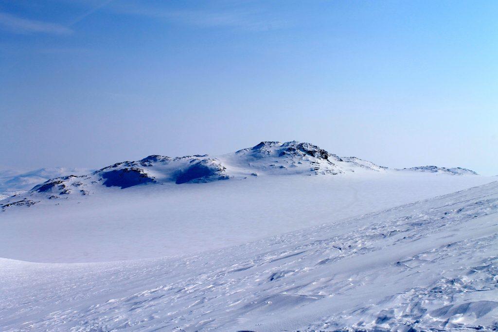 Søre Kongsnuten og Blåisen på Hardangerjøkulen sett på vei opp mot Jøkulhytta.