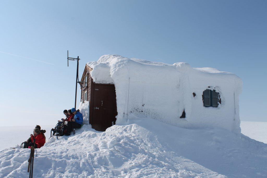 Mange velger å ta en rast på Jøkulhytta (1.780 moh) før de fortsetter på Jøkulrunden eller renner ned igjen til Finse.