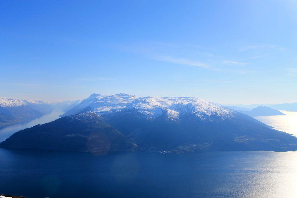 Utsikt mot Folgefonnhalvøyen med toppene Grimsnuten, Solnuten og Torsnuten (1.572 moh).
