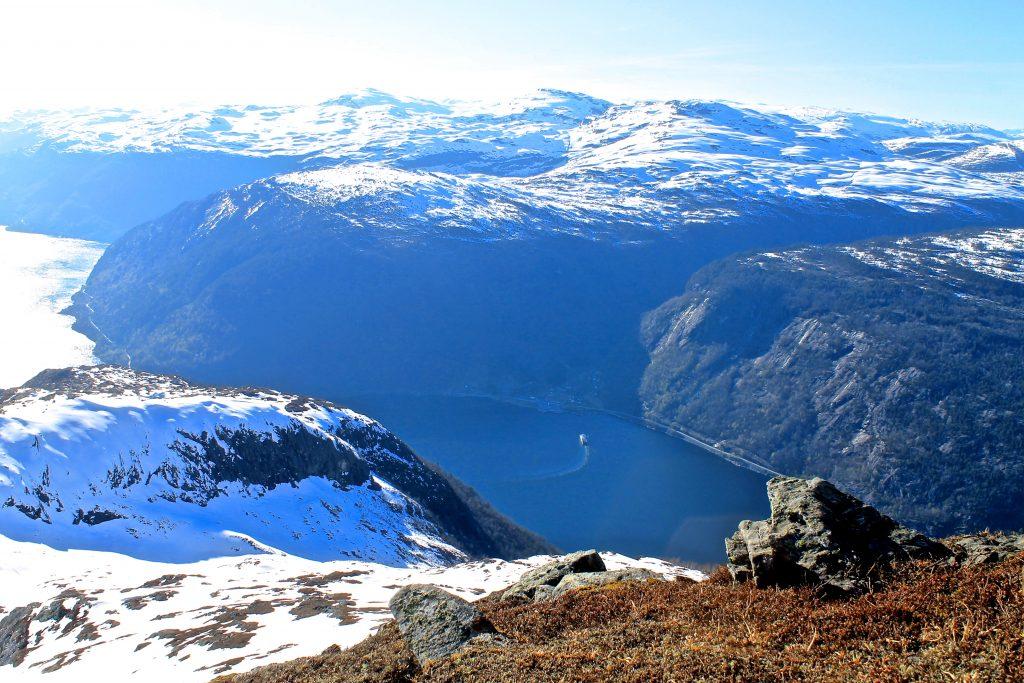 Granvinfjorden er like under oss på vei opp til toppen av Oksen.