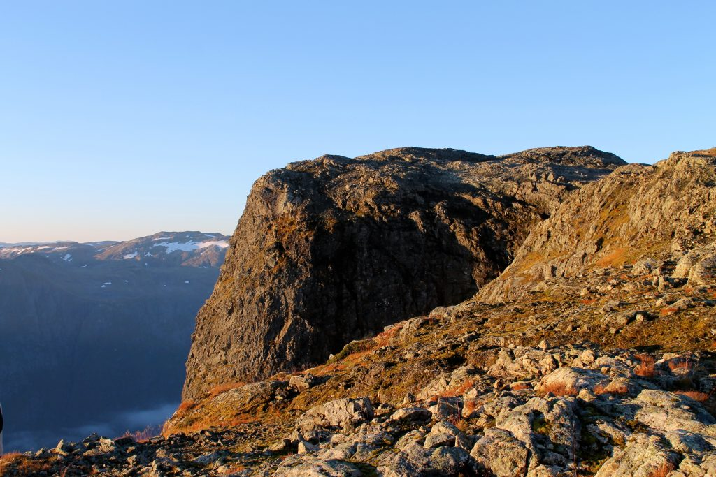 Fra Bakkanosi er det stupbratt ned i Nærøyfjorden.