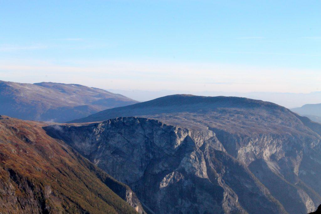 Breiskrednosi (1.189 moh) er et flott utsiktspunkt over Nærøyfjorden, her sett fra Bakkanosi.