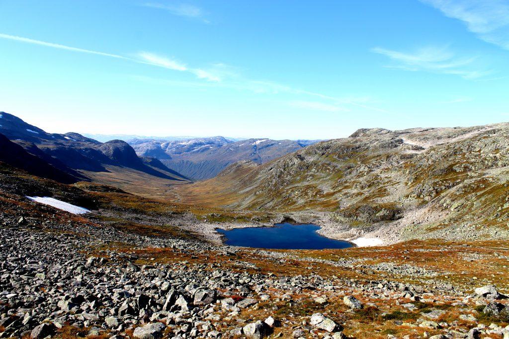 Slettedalstjørni og Slettedalen. Dette er dalføret vi går gjennom på vei til Bakkanosi.