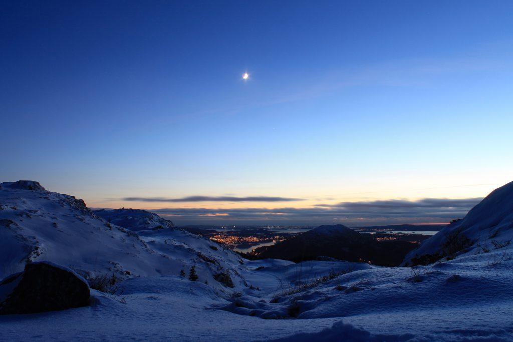 Måneskinn over Blåmanen og Løvstakken.