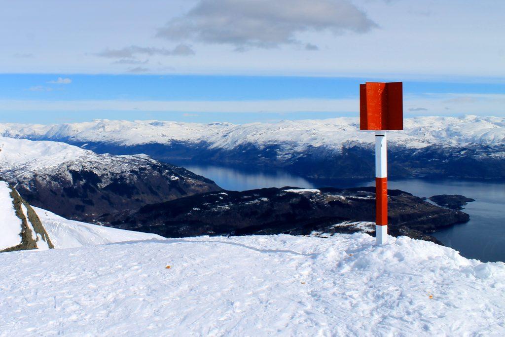 Toppen av Torefjell (1.050 moh) med utsikt inn over Hardangerfjorden.