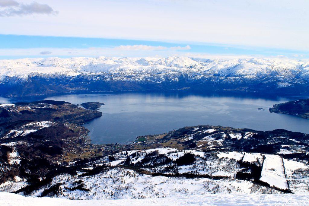 Utsikt fra Torefjell mot Øystese, Hardangerfjorden og Folgefonna.