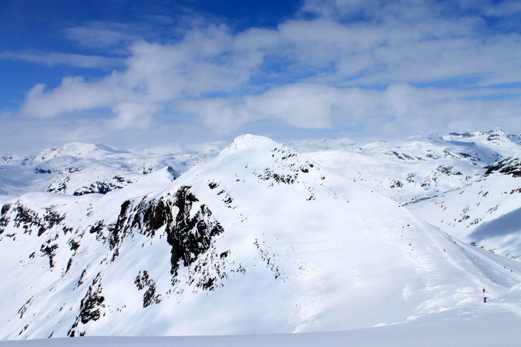 Mange tar av seg skiene og vandrer en tur bort til Slingsbytinden etter å ha vært på toppen av Uranostinden.