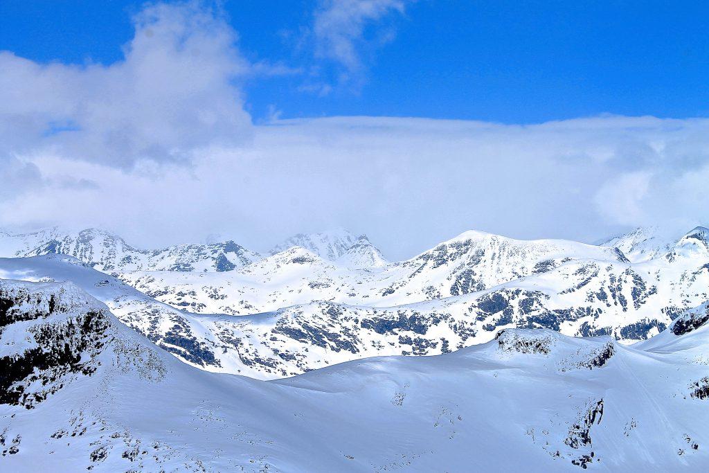 Utsikten fra Uranostinden er formidabel og kjente topper i Jotunheimen, som Kyrkja, ligger på rekke og rad.