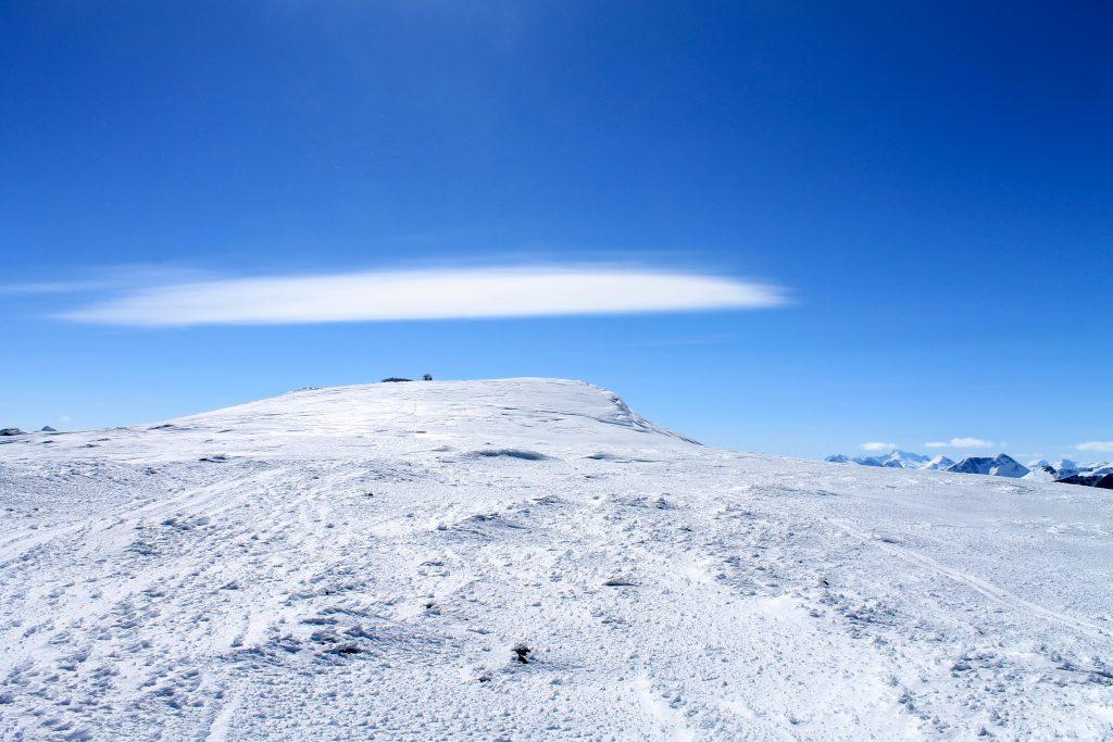 Det flater ut når toppvarden på Besshøe (2.258 moh) kommer til syne.