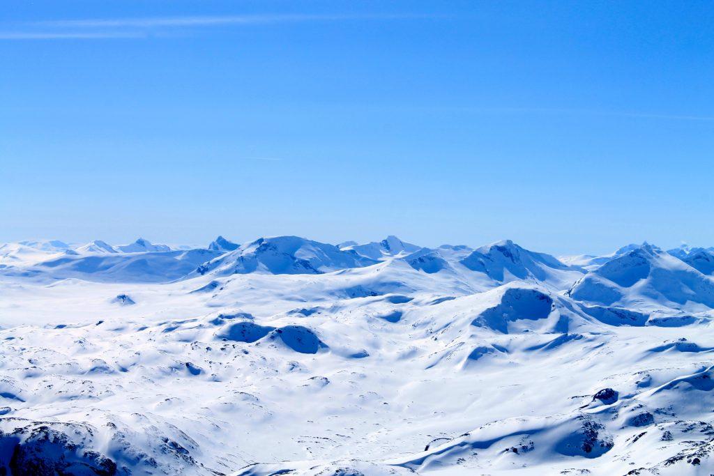 Utsikt vestover mot kjente topper som Falketind, Uranostinden, Mjølkedalstinden og Raudalseggje.