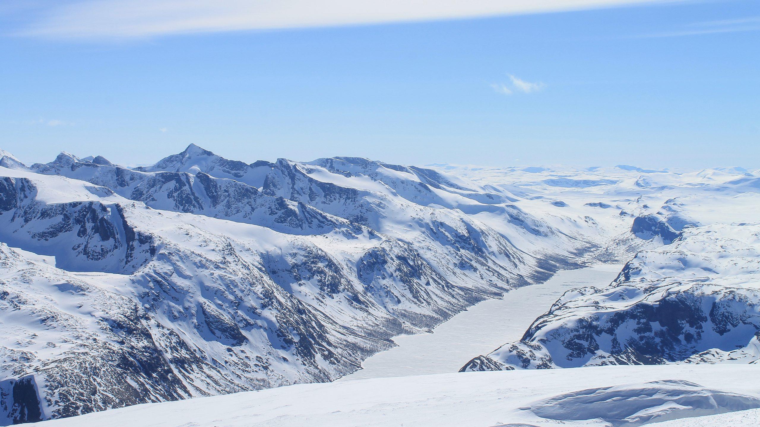 Utsikt fra toppen av Besshøe mot Gjende og Gjendealpene.