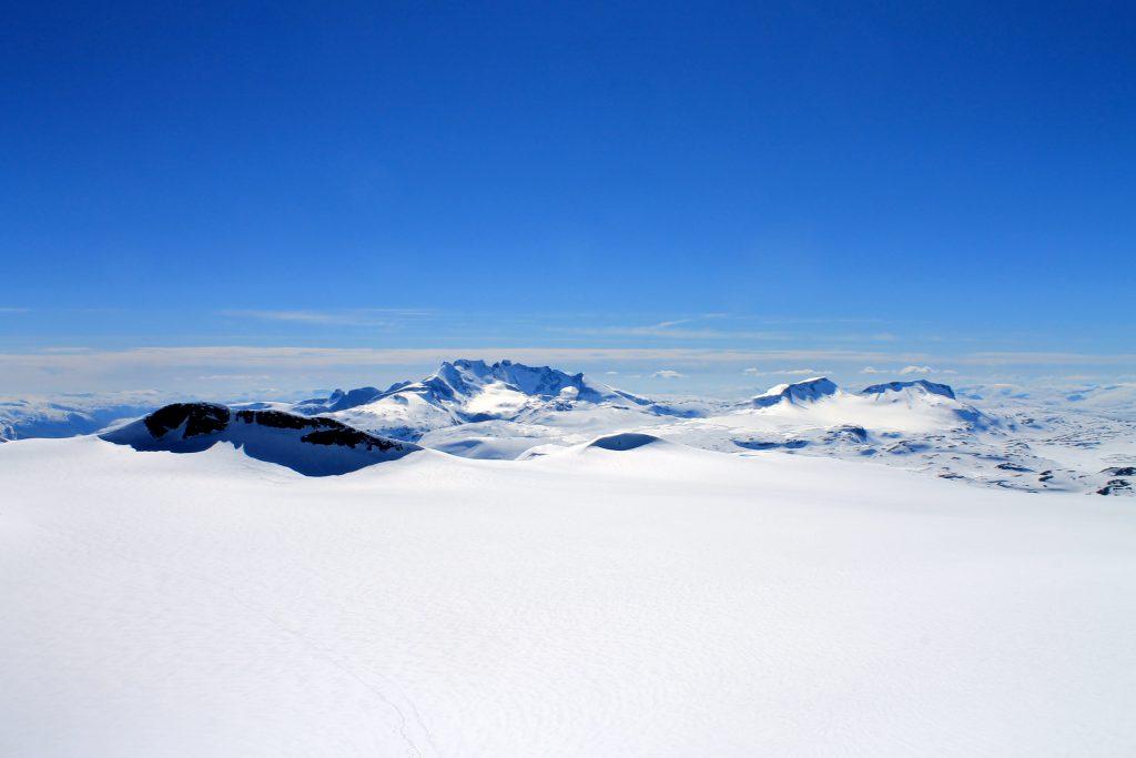 En fantastisk flott utsikt fra Storebjørn mot Smørstabbrean, Sognefjellet og Hurrungane.