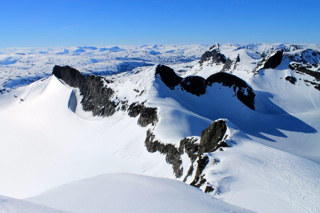 Storebjørn utgjør den høyeste toppen av Smørstabbtindmassivet.