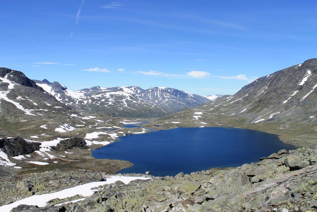 Utsikt mot Leirvatnet og Leirvassbu på vår vei mot Kyrkja.