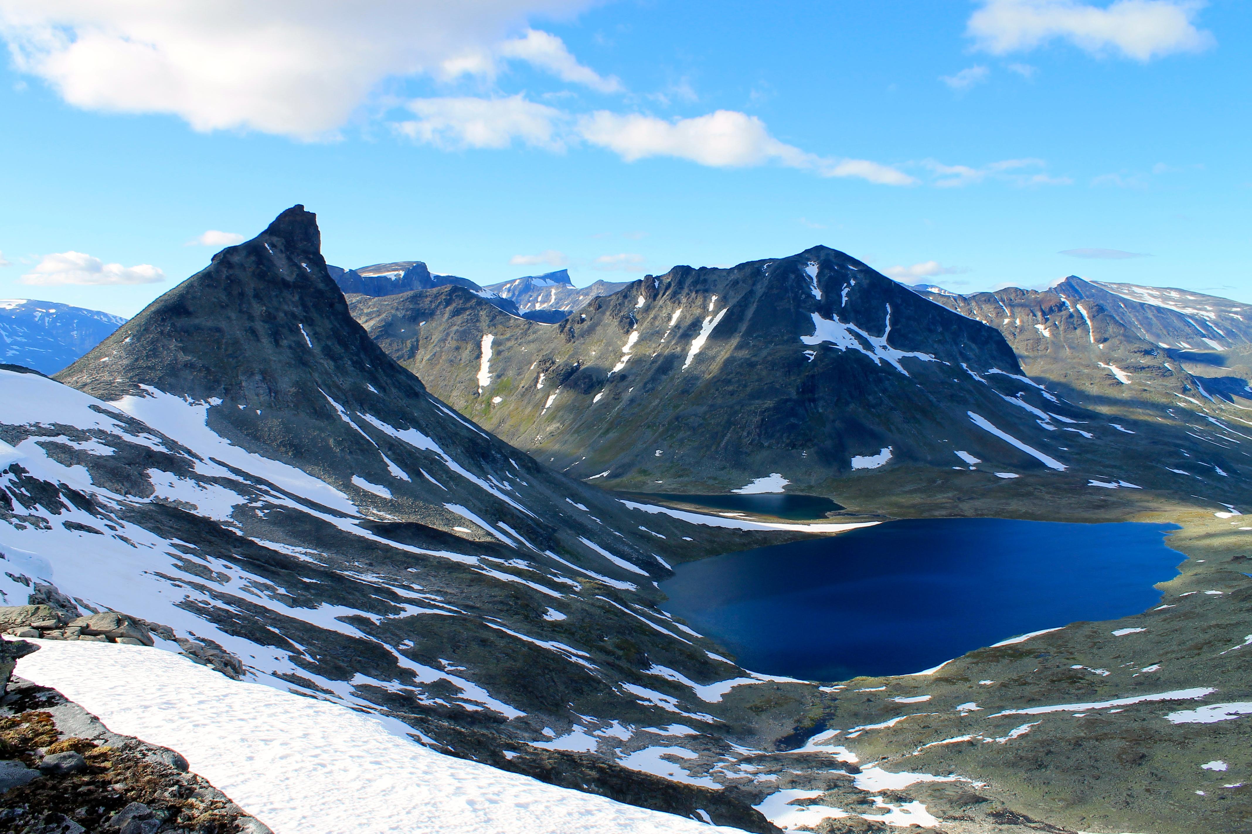 Fra den karakteristiske og luftige toppen Kyrkja har en flott utsikt over store deler av Jotunheimen.