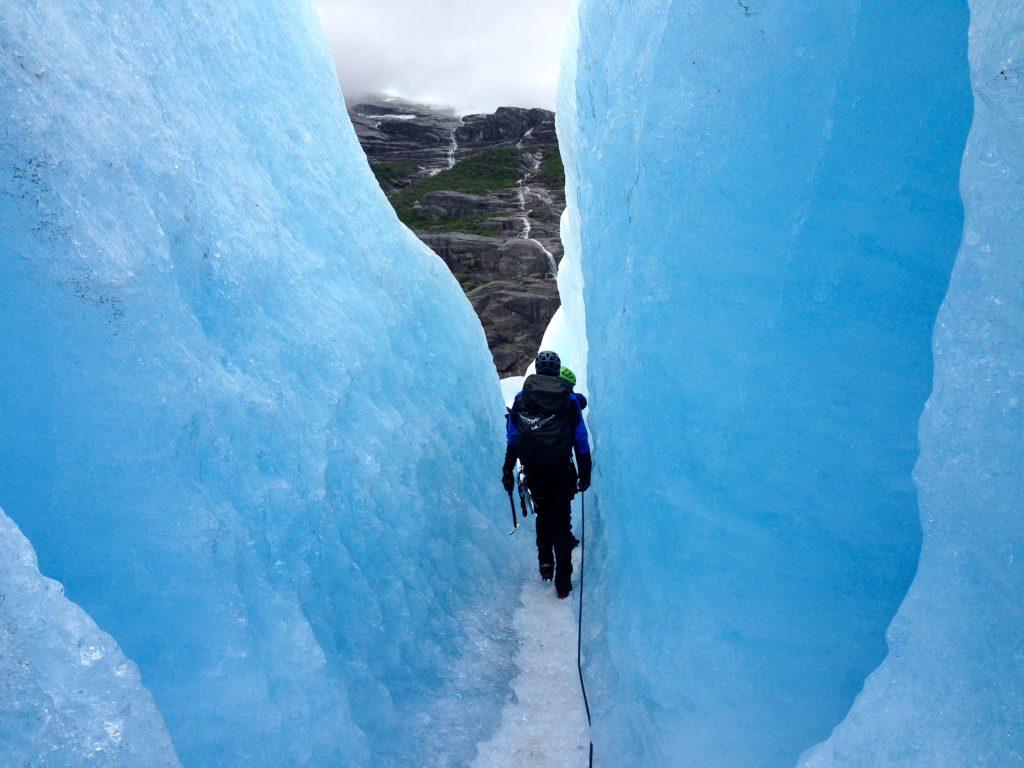 Det er morsomt å vandre i sprekkene på Nigardsbreen.