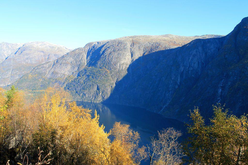 Turen starter innerst i Kvamsdalen i Eidfjord med flott utsikt over Eidfjordvatnet.