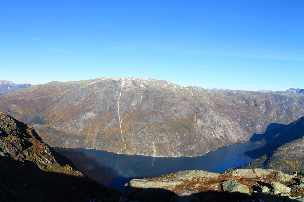 Utsikt fra Øktarnuten mot en annen kjempe - Onen.
