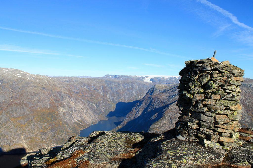Varden på Øktarnuten med Hardangerjøkulen og Simadalen i bakgrunnen.