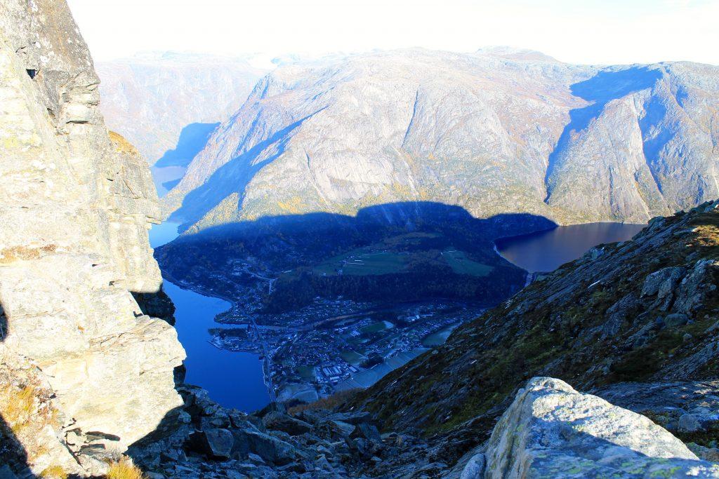 Det går bratt ned mot Eidfjord, som ligger like under Øktarnuten.