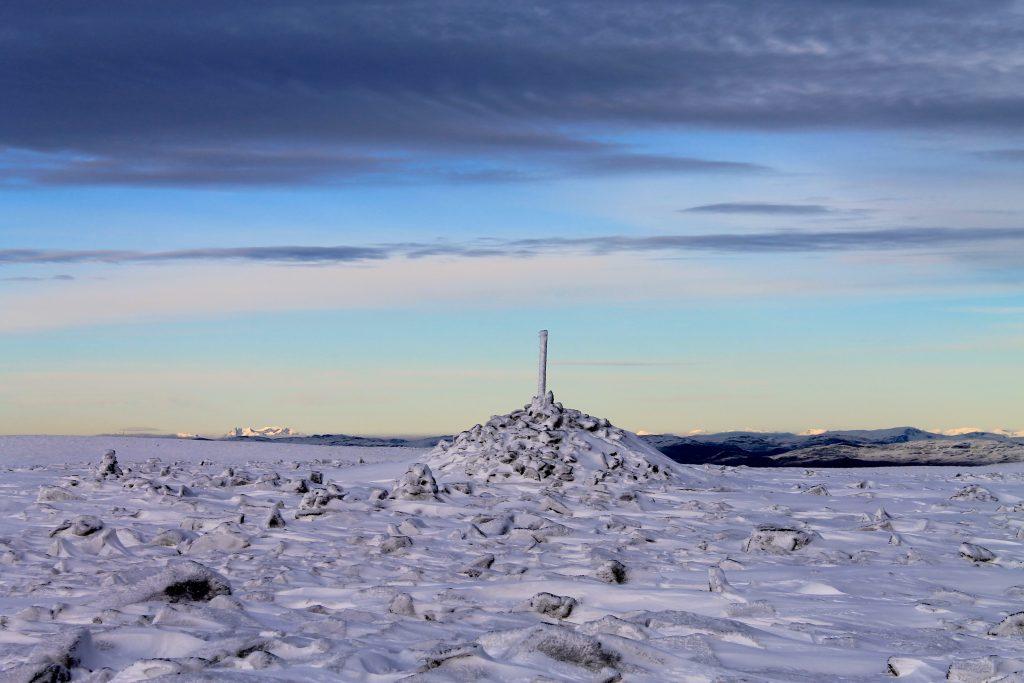 Fra toppen av Prestholtskarvet ser en mot Jotunheimen og Hurrungane.