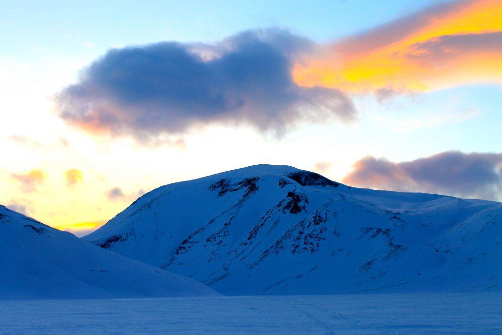 Besshøe (2.258 moh) i solnedgang fra Bessvatnet