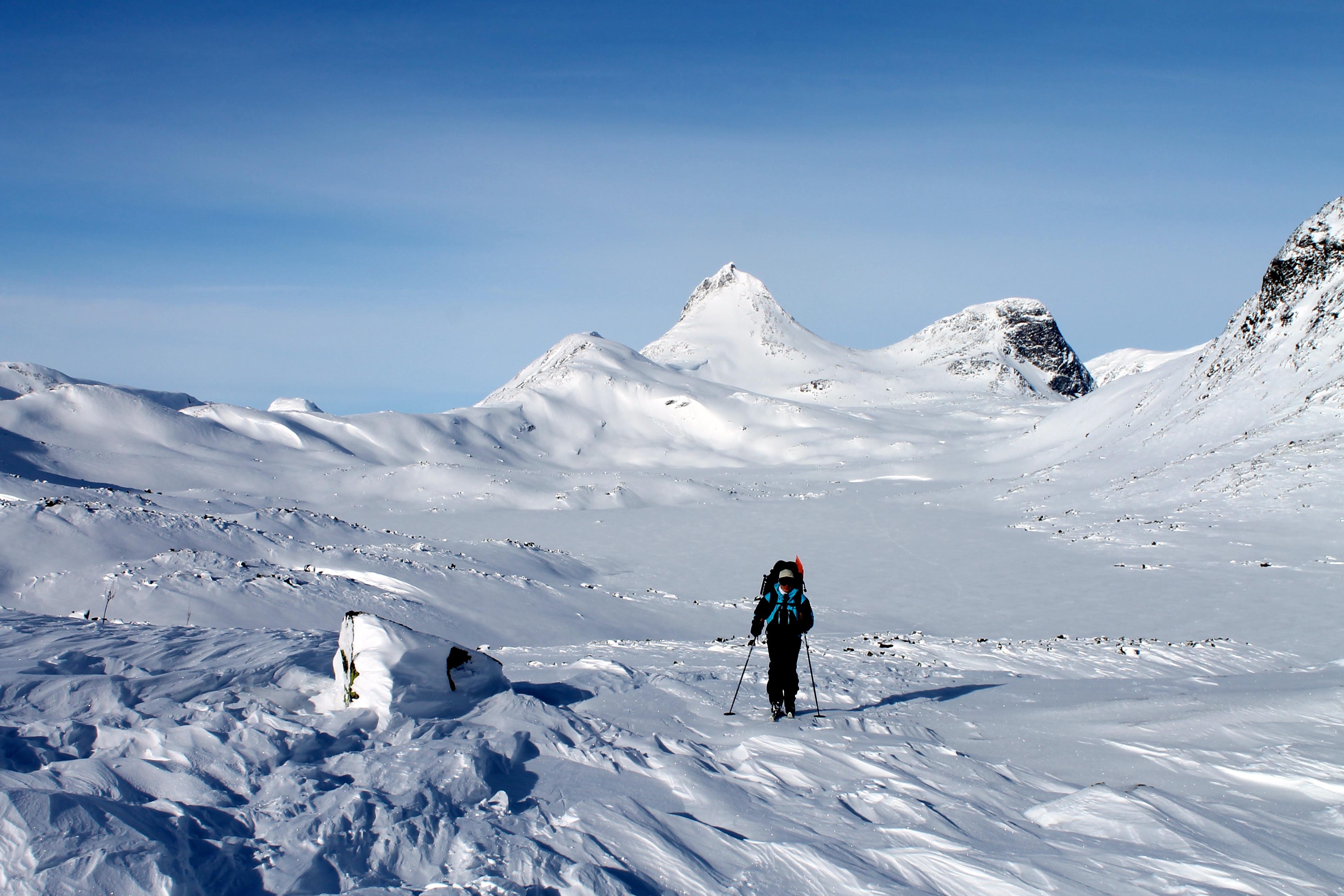 På vei fra Olavsbu til Eidsbugarden. Mjølkedalstinden i bakgrunnen.