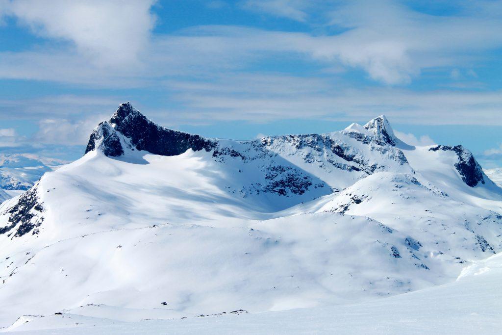 Fra ryggen av Langeskavlen er det flott utsikt mot Falketind (2.067moh) Stølsnostinden (2.074 moh).