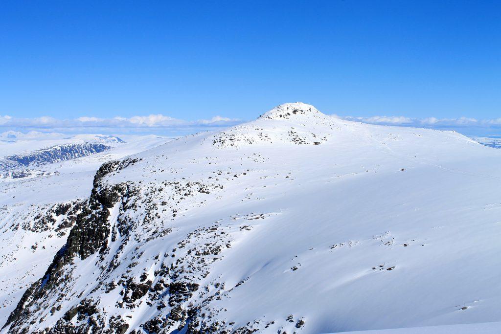 Rasletinden (2.010 moh) er toppturen flest går i Jotuneheimen. En kort og enkel tur fra Valdresflye.