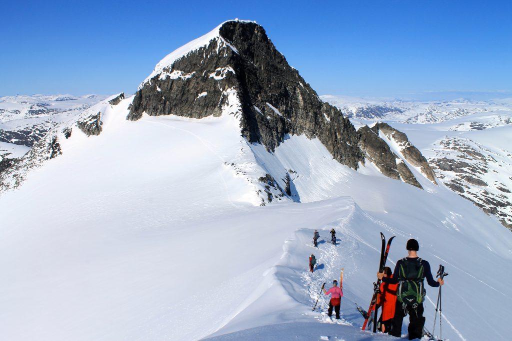 På vei ned fra Veslekåpa mot Lodalskåpa (2.082 moh).