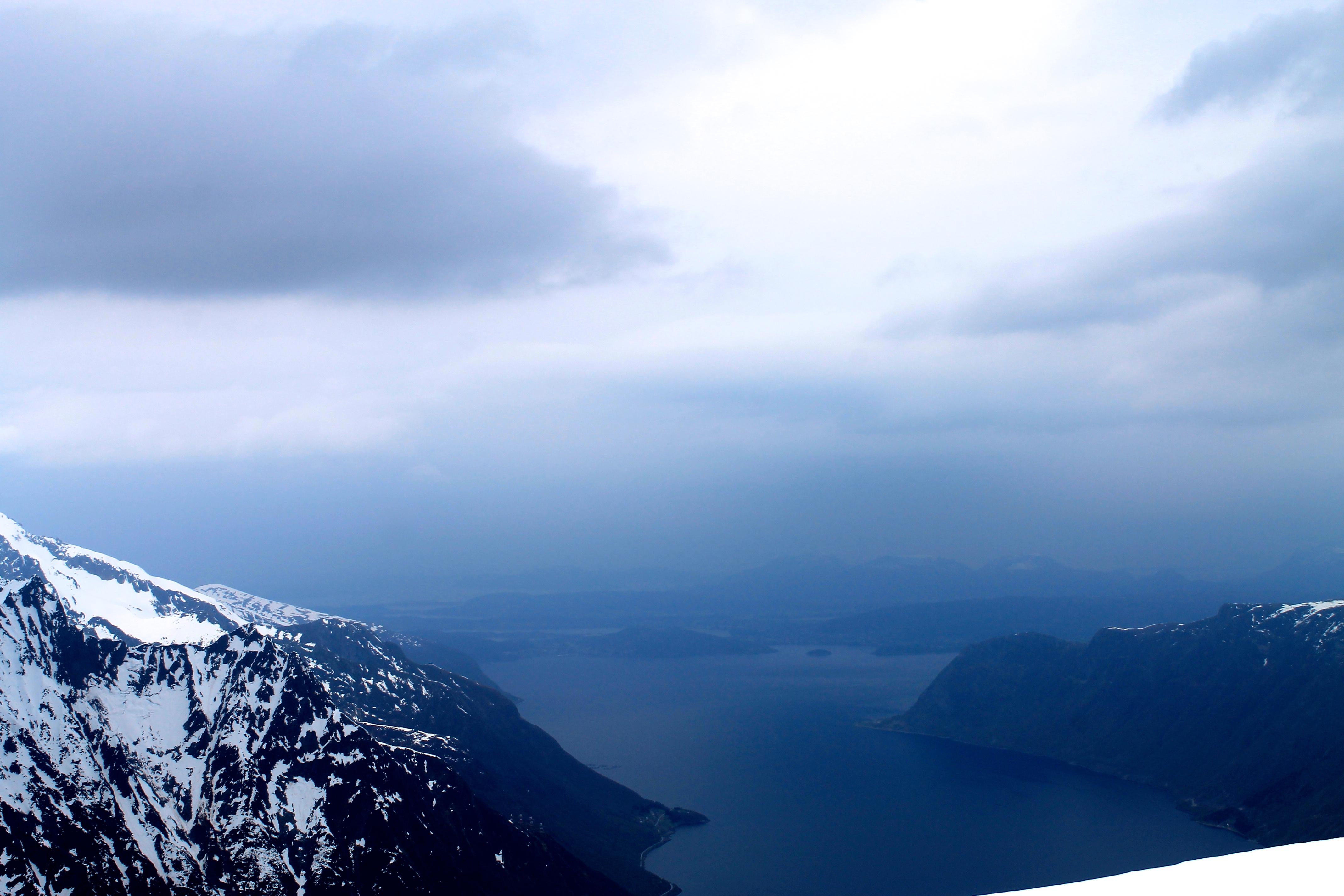 På klare dager er det utsikt mot Storfjorden, Ålesund og havet.
