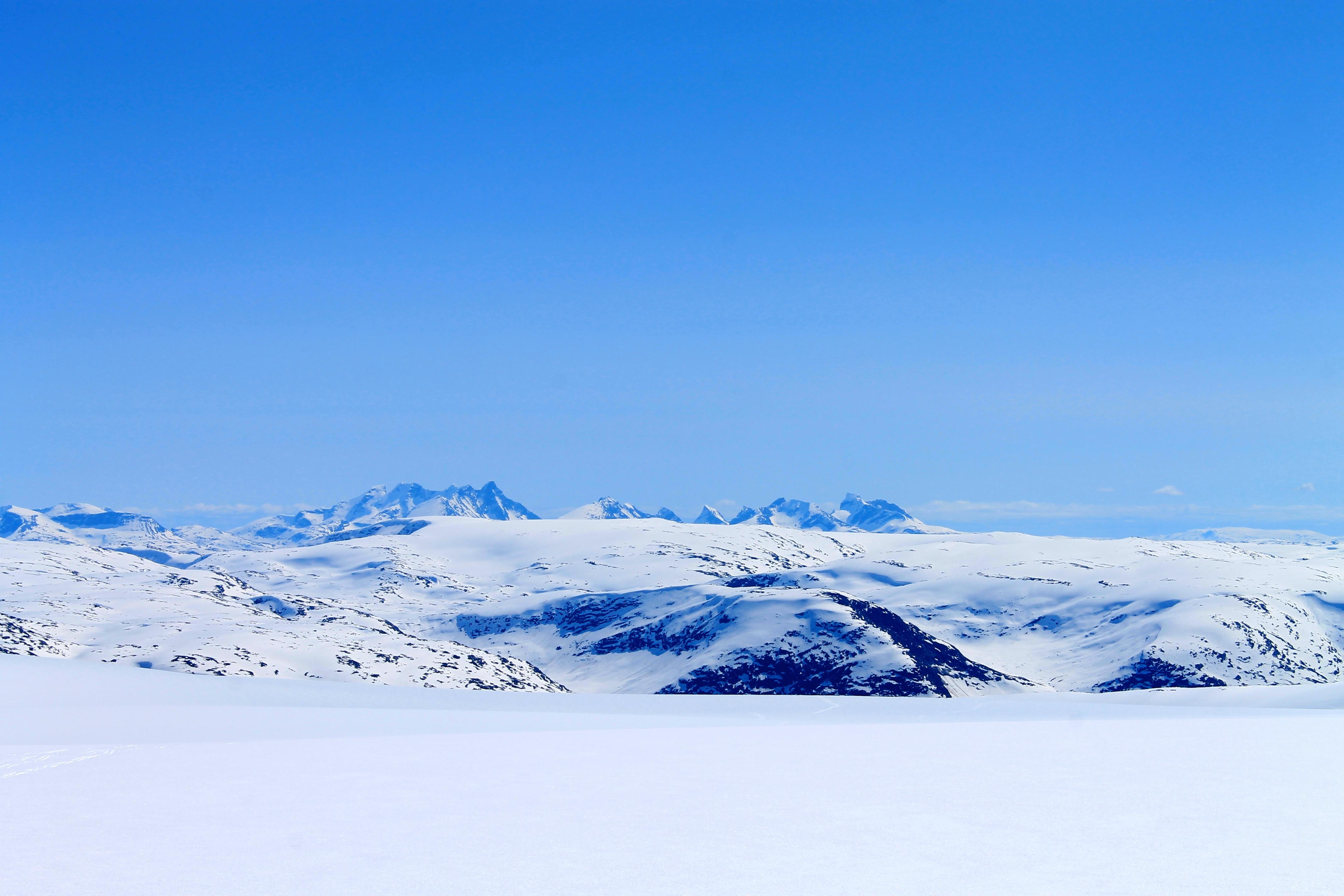 Vel oppe på Jostedalsbreen stikker Hurrungane.