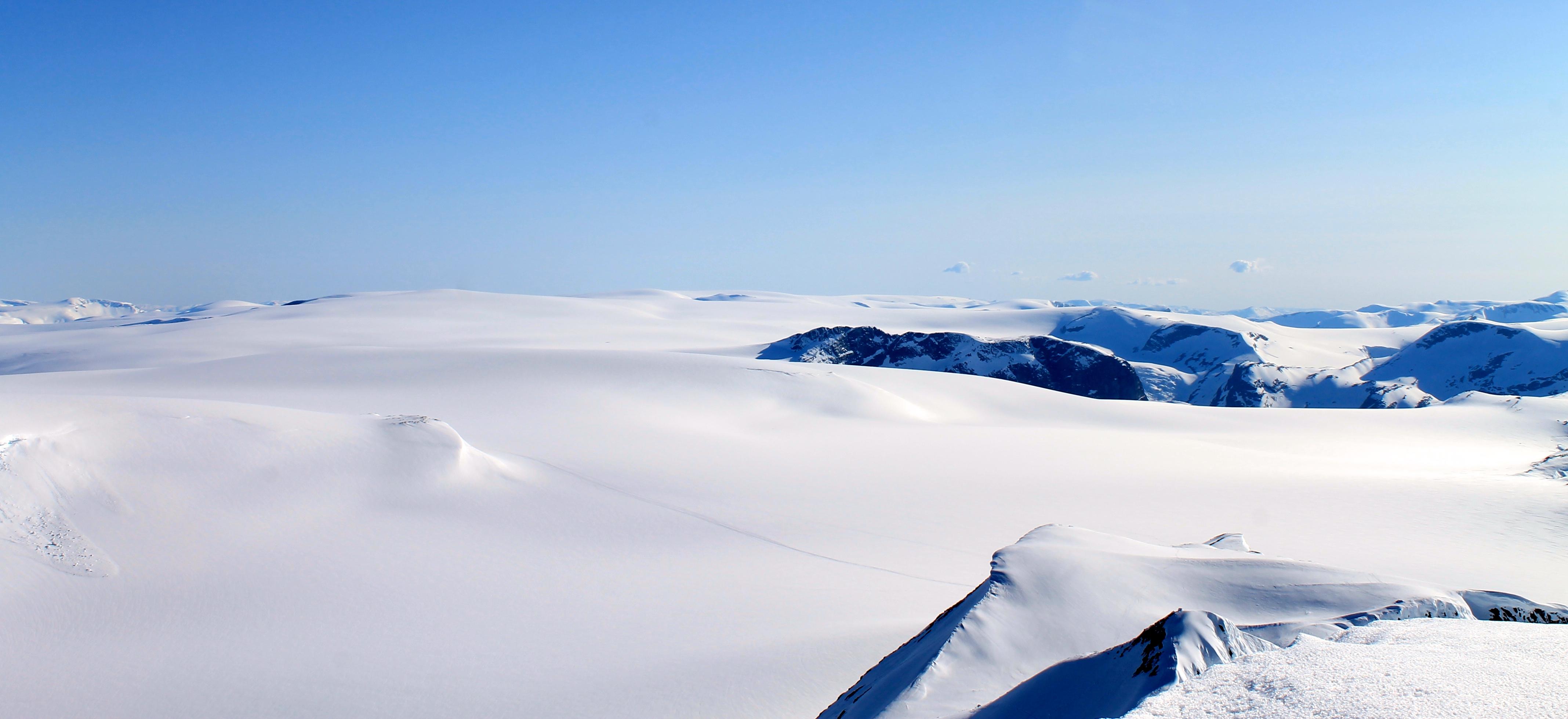 Det langstrakte breplatået til Jostedalsbreen strekker seg hele 60 km. Her ser vi sørover fra Lodalskåpa.