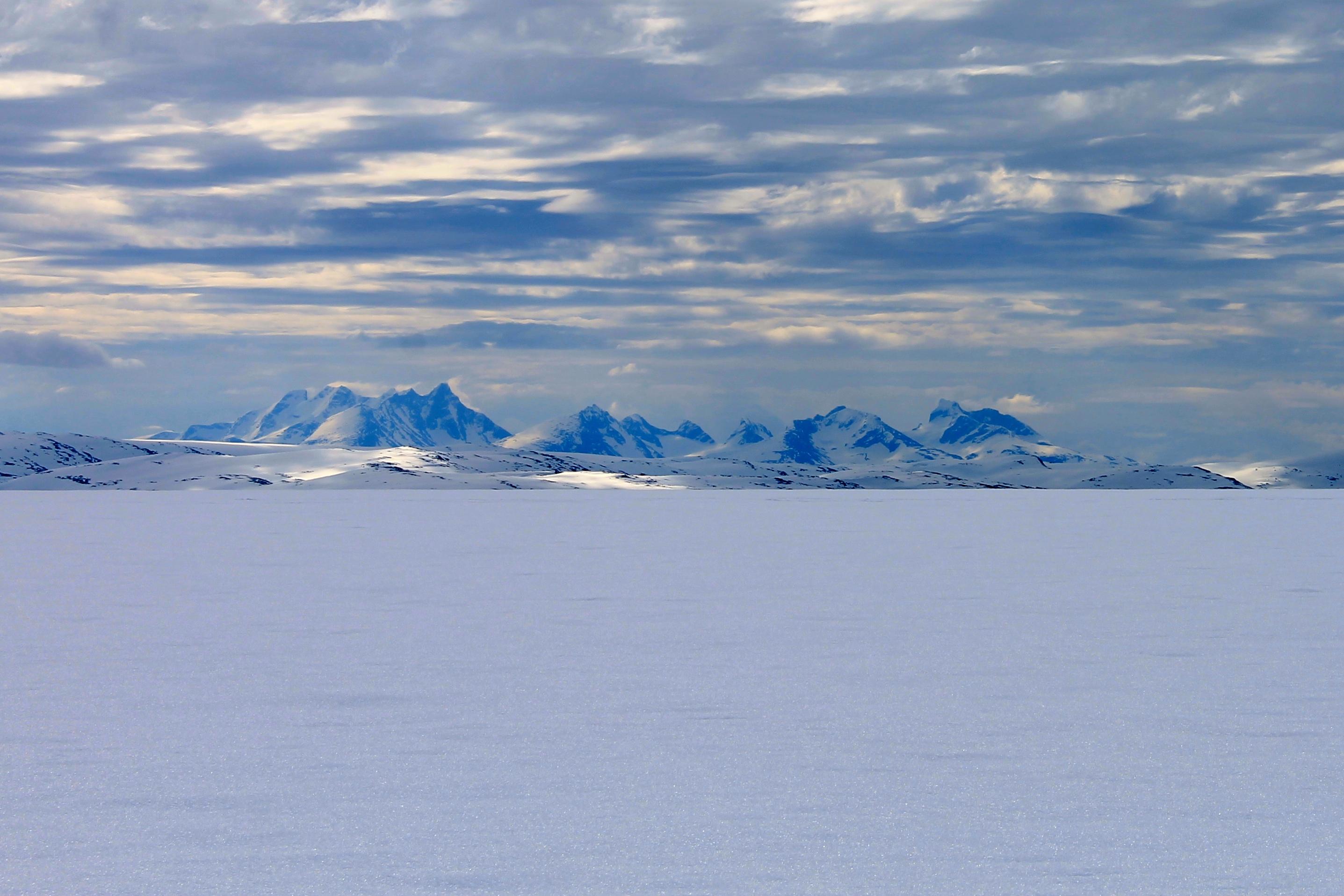 På vei langs Jostedalsbreen har en fin utsikt mot Hurrungane fra breplatået.