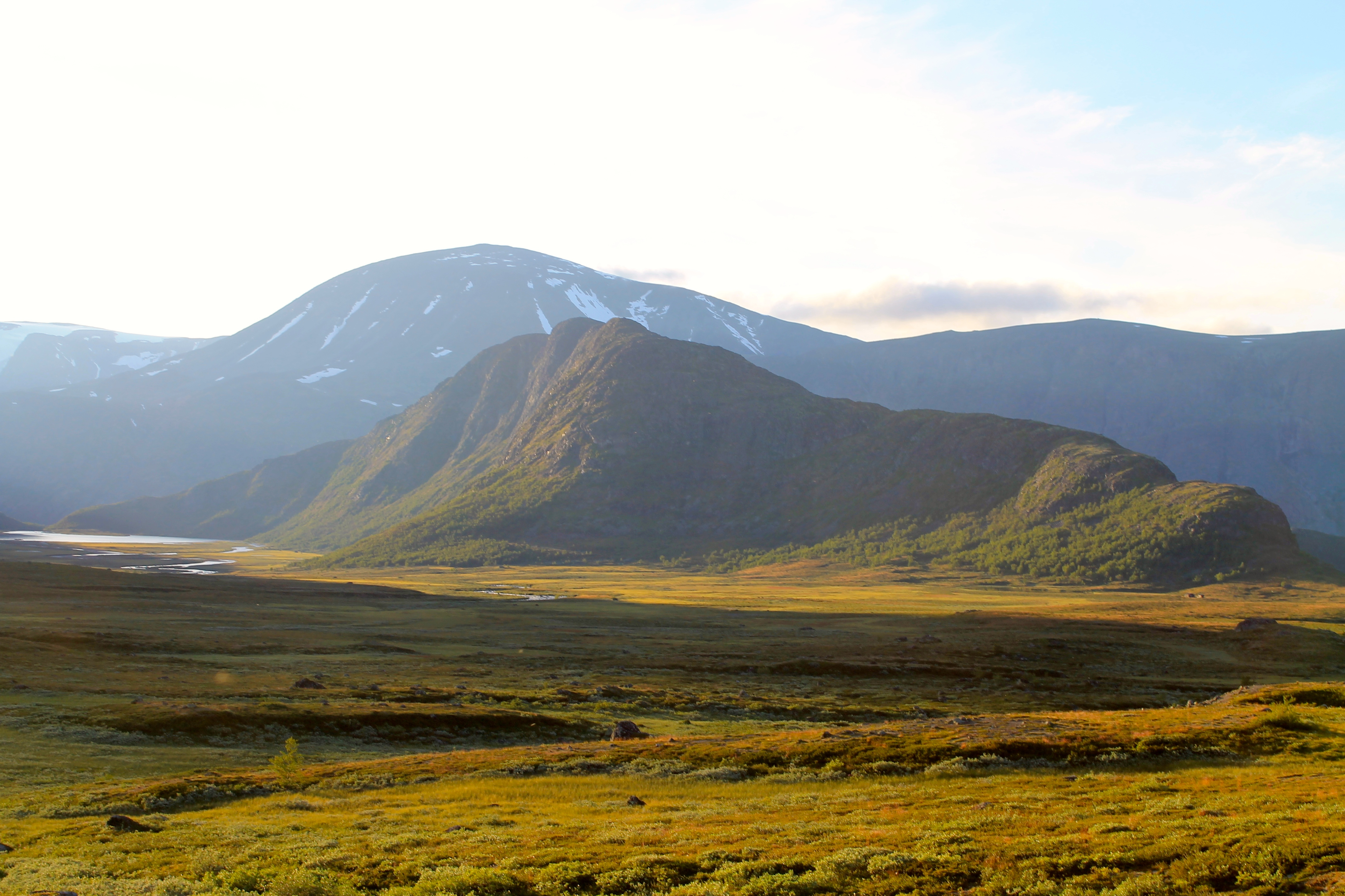 Den luftige fjellryggen Knutshøe ved Gjende i Jotunheimen.