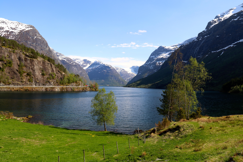 Lovatnet med Krunebreen og Kjenndalskruna innerst i dalen.