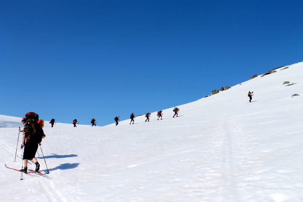 På vei opp langs fjellryggen ved Fåbergstølsbreen